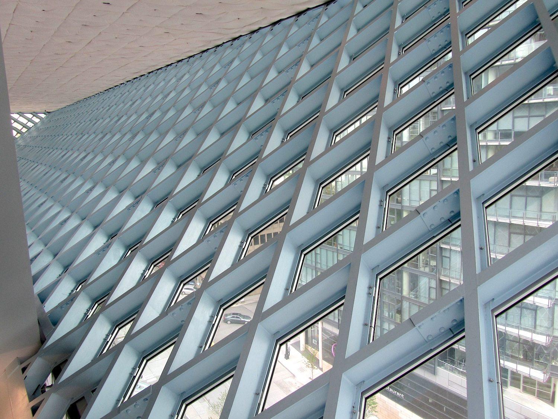 Seattle Central Library. Die diagonalen Fassadenelemente nehmen die Topografie des hügeligen Geländes auf.