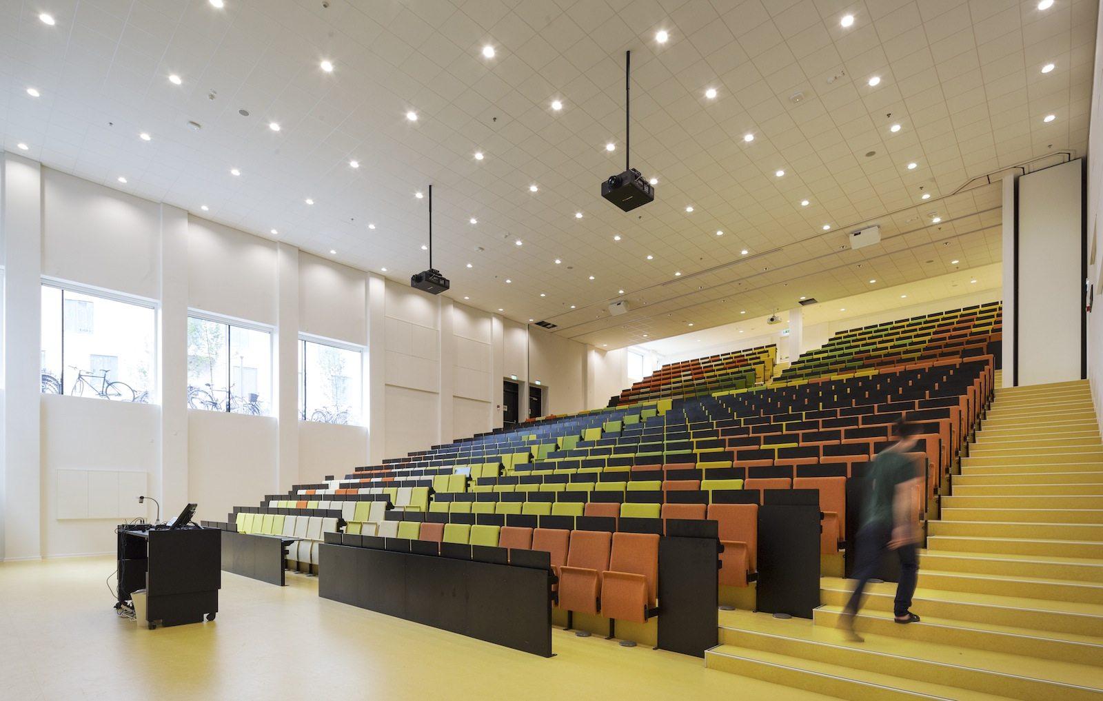 VIA University College Aarhus. Kompetenz und Wissen sollen sich, so die Planer, durch Nähe, Identität, Flexibilität und Professionalität entwickeln, gespiegelt durch die Achsen, Überlappungen und Transparenz der einzelnen Gebäudeteile.