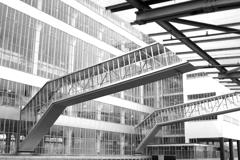 Transportbrücken.  Ursprünglich sollte das Kontor so hoch werden wie das Produktionsgebäude.
