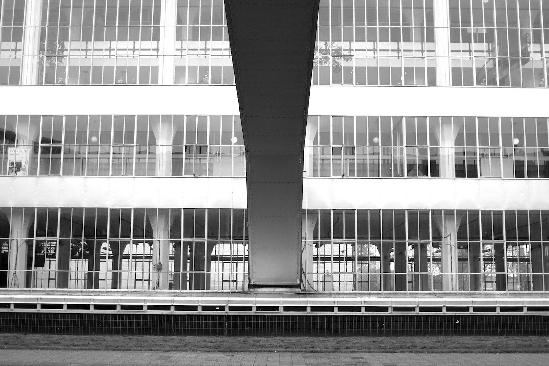 Verbindungen.  Der Architekt Leendert Van der Vlugt entwarf im Rotterdamer Zentrum auch das Sonneveld Haus, das jetzt zum Nieuwe Instituut, dem ehemaligen Architekturmuseum, gehört.