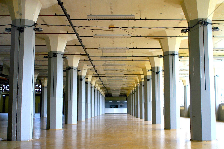 Rückhalt. Stahlbetonstützen in Pilzform bilden das Skelett des Produktionsgebäudes. Die Säulenform war bis dahin in Europa nicht bekannt. Sie sind mit dem Fußboden vergossen und bilden dadurch eine belastbare Einheit, die Träger für die Decken überflüssig macht.