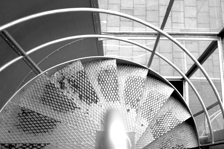 Gliederung.  Auftraggeber und Architektenteam achteten sehr auf Detailgenauigkeit. So findet sich Chrom in allen Aufgängen und Treppenhäusern.