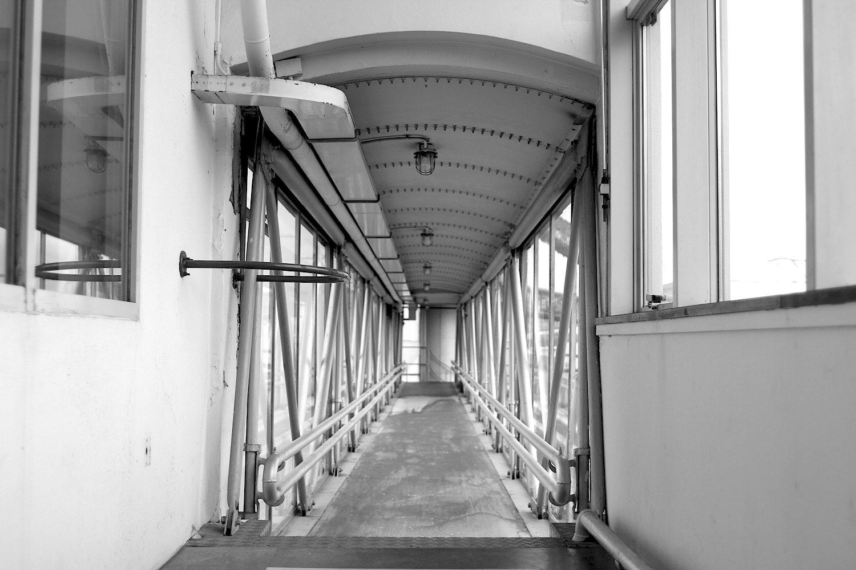 """Sichtbarkeit. Die technischen Anlagen der Fabrik waren damals sehr fortschrittlich. Üblicherweise wurden Rohre und Leitungen """"versteckt"""" –im Gegensatz zur Van Nelle-Fabrik."""