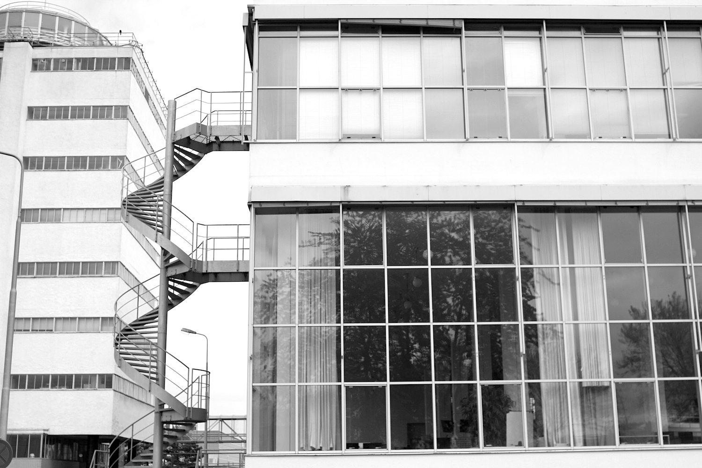 Gradlinigkeit. Bis auf die Aussichtsplattform (links oben im Bild) besteht die Fabrik fast ausschließlich aus geraden Linien.