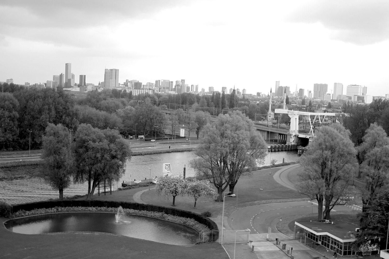 Skyline.  Der Blick vom obersten Stockwerk der Van Nelle-Fabrik auf die Skyline von Rotterdam. Fast scheint es, als ob die Fabrik sich die ganze Rotterdamer Dynamik anschaut und zufrieden feststellt: ich war zuerst da.