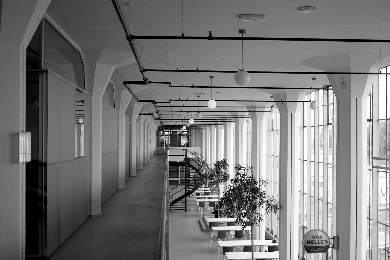 Funktionalismus.  Der Amsterdamer Produktdesigner Willem Hendrik Gispen (1890–1981) war für die Gestaltung der Innenräume zuständig. Er war einer der wichtigsten Vertreter des Funktionalismus.