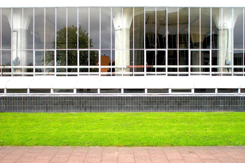 Schichten.  aus Glas, Stahl, Beton und ein wenig Gras.