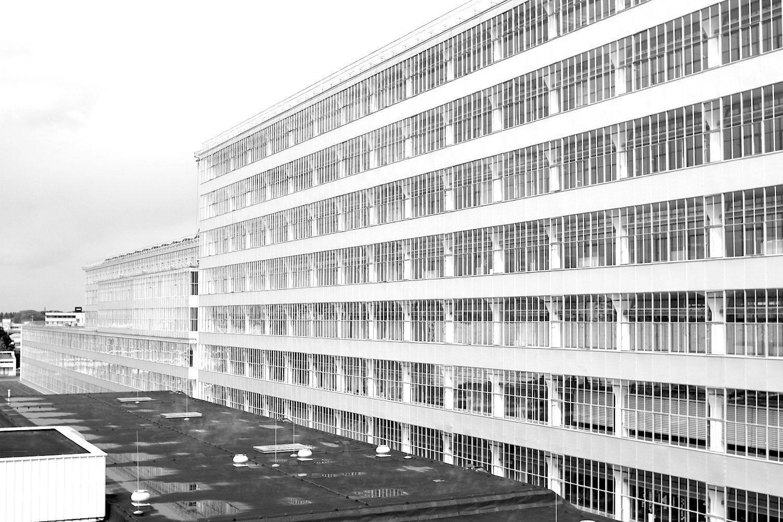 Transparenz. Um die Produktionsräume optimal zum Licht zu öffnen, wurden neue Techniken angewandt. Es wurden Vorhangfassaden mit durchgehenden Fensterbändern vor eine tragende Konstruktion mit Stahlbetonsäulen in Pilzform montiert.