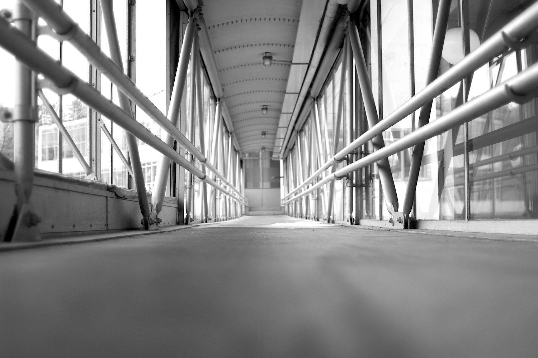 Helligkeit. Betont schlicht, betont hell. Die Brücke verbindet das Direktorengebäude mit der Produktionsstätte.