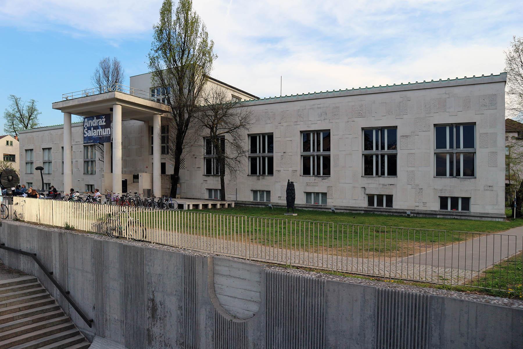 Museum für Moderne Kunst.  Der Bau ist Ravnikar's erstes bedeutendes Werk in Ljubljana und das erste modernistische Gebäude des Landes. Das Museum hat ein einfaches geometrisches Design. Die verschieden großen Ausstellungsräume befinden sich ausschließlich im Erdgeschoß entlang einer streng symmetrisch angeordneten Achse. Verwaltung, Bibliothek und Archive befinden sich im oberen Geschoss, die Werkstätten im Untergeschoss.