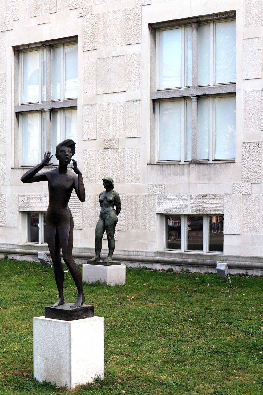 Museum für Moderne Kunst.  Die kompositorische Achse des Gebäudes fließt bis in den Außenraum an die sogenannte Plečnik Promenade zum Tivoli Park.