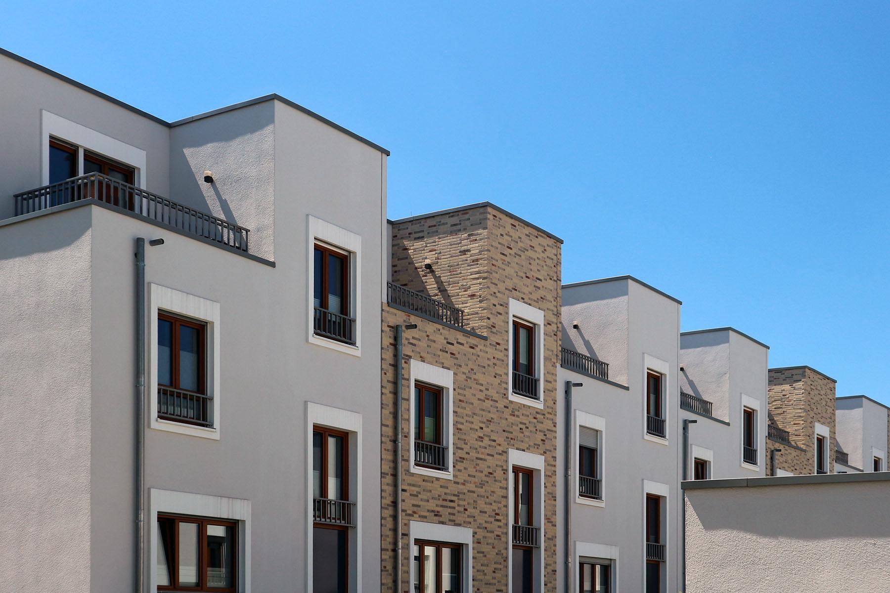 Marina Quartier. Putz und Klinker prägen die Fassaden der Stadthäuser.