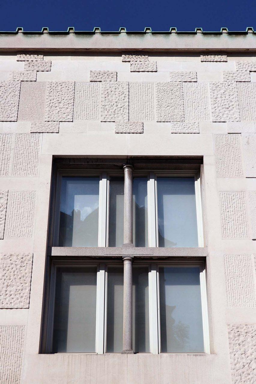Museum für Moderne Kunst.  Der starke Einfluss seines Lehrers Plečnik ist besonders an der Fassadengestaltung zu erkennen. Die freie und asymmetrische Komposition der Steinfassade zeigt bereits klare Zeichen der aufkommenden Moderne.