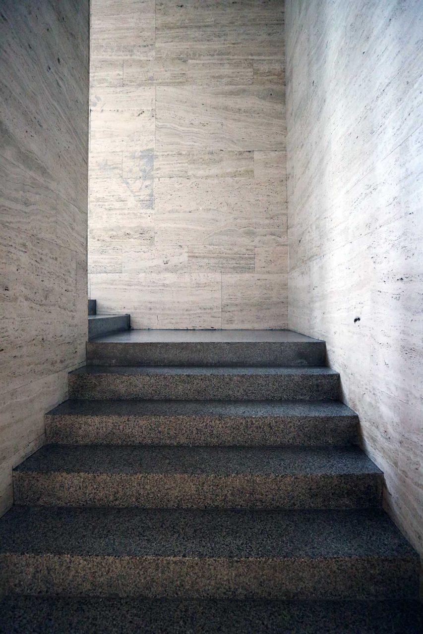 Museum für Moderne Kunst.  Das Gebäude wurde 2009 vom slowenischen international hoch geschätzten Studio bevk perović arhitekti renoviert.
