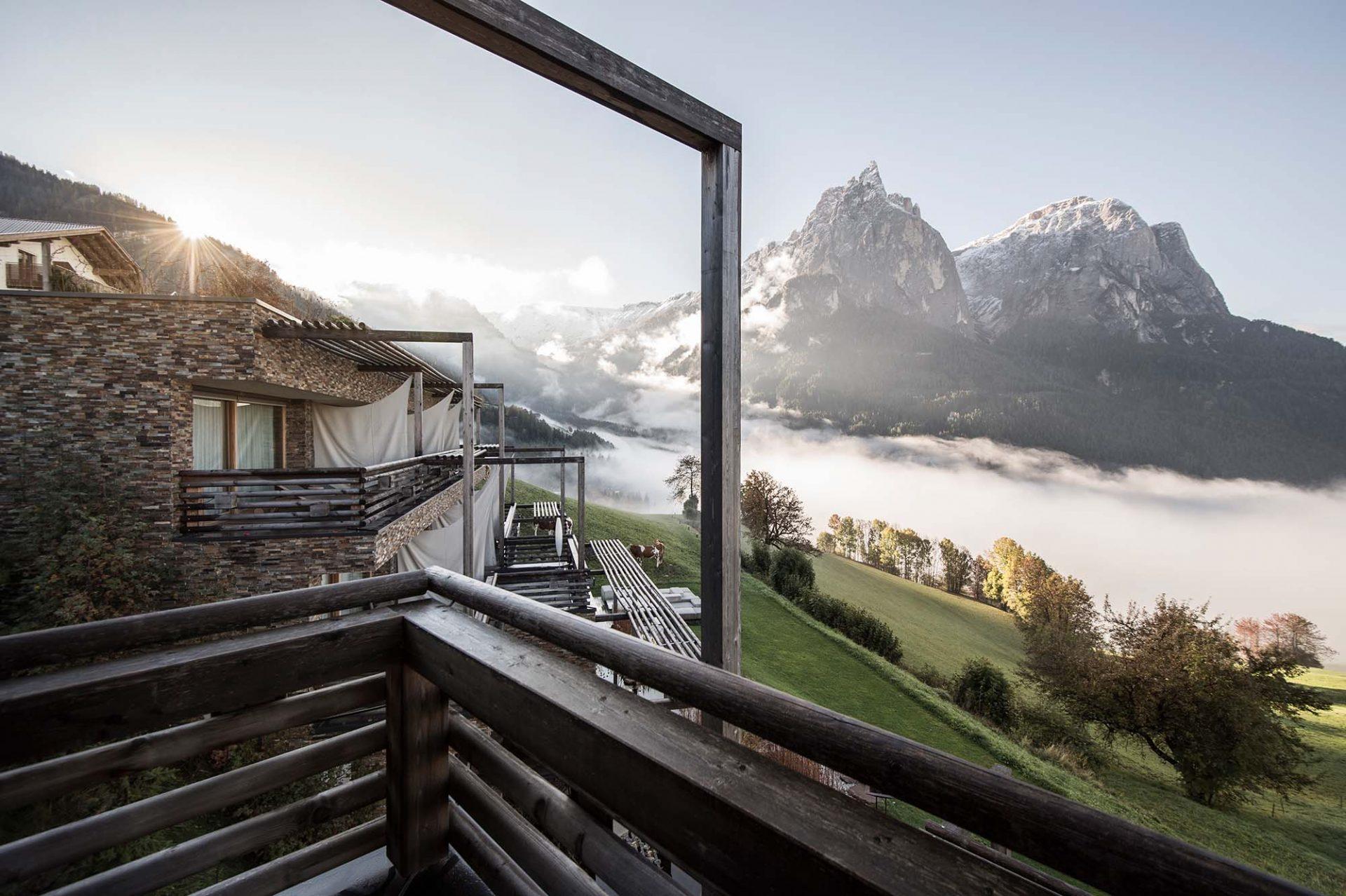 Valentinerhof. Das Hotel wird zur Bühne für das beeindruckende Massiv des Seiser Hausberges.