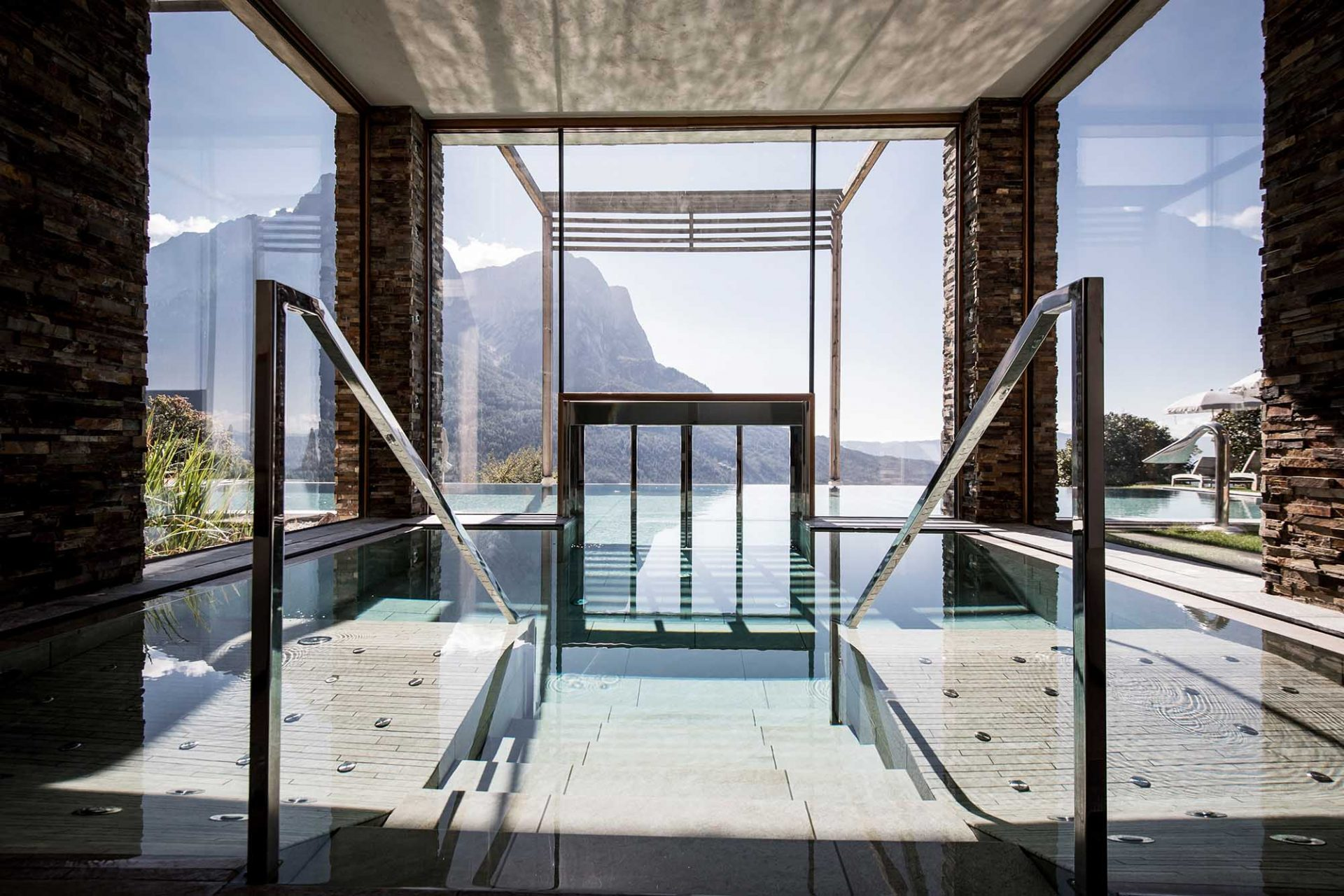 Valentinerhof. Pool und Spa als Zentrum der Wellness-Anlage.