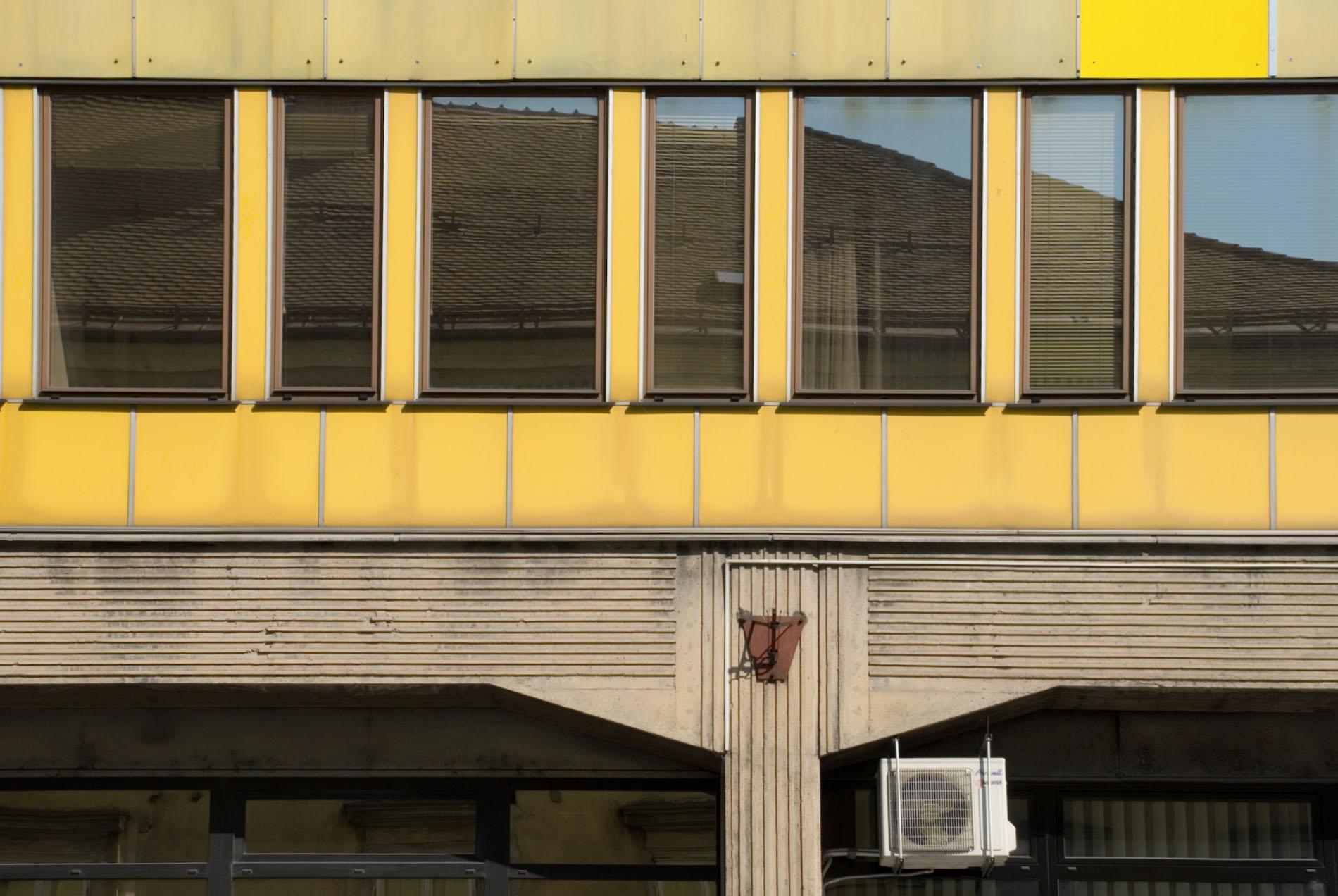 Der Alt-Meister und sein Schüler.  Seinen Namen erhielt der nüchterne Bau offensichtlich durch die knallige Farbe der Fassadenbekleidung.