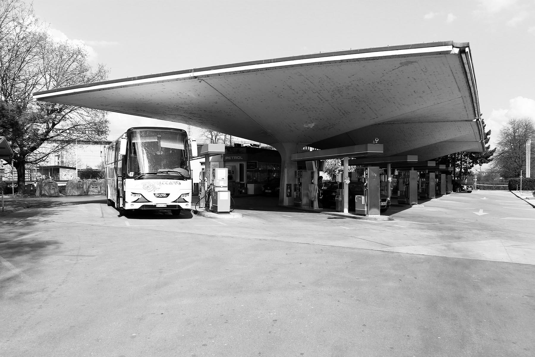 Der Neu-Meister und sein Schüler.  Mit der weit auskragenden Dachkonstruktion einer Tankstelle vereint Ravnikar Schwung und Gerade.