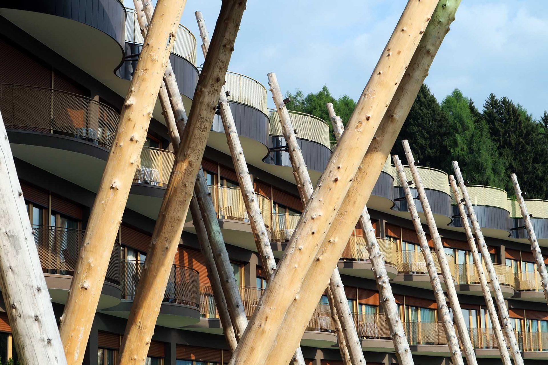 Hotel Hubertus. noa* lehnten Baumstamm-Paare an die Fassaden und verbanden somit Alt- und Neubau.