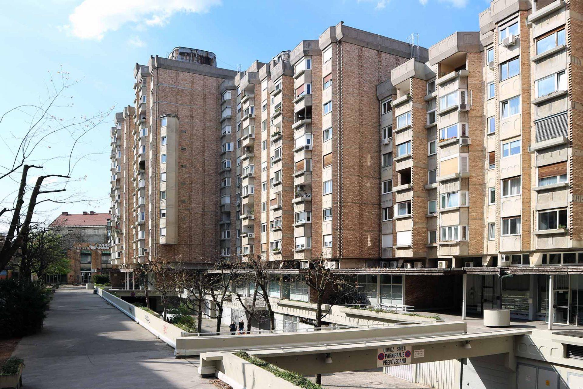 Ferantov Vrt.  Das Design ist Ausdruck von Ravnikars Kritik an den Wohnblocks, die das Wachstum und die Modernisierung der Städte in der Mitte des 20. Jahrhunderts prägten und eine Kritik an den Prinzipien der modernen Stadtplanung, die die soziale Bedeutung der offenen Räume, Straßen und Plätze häufig nicht erkannte.