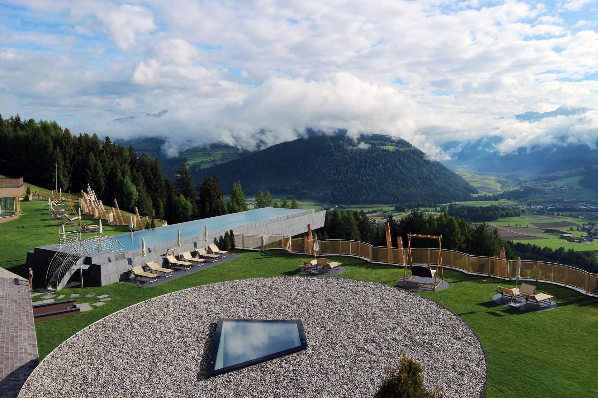 Hotel Hubertus.  Auf dem begrünten Dach der Anlage befindet sich ein großzügiger Spa-Bereich.