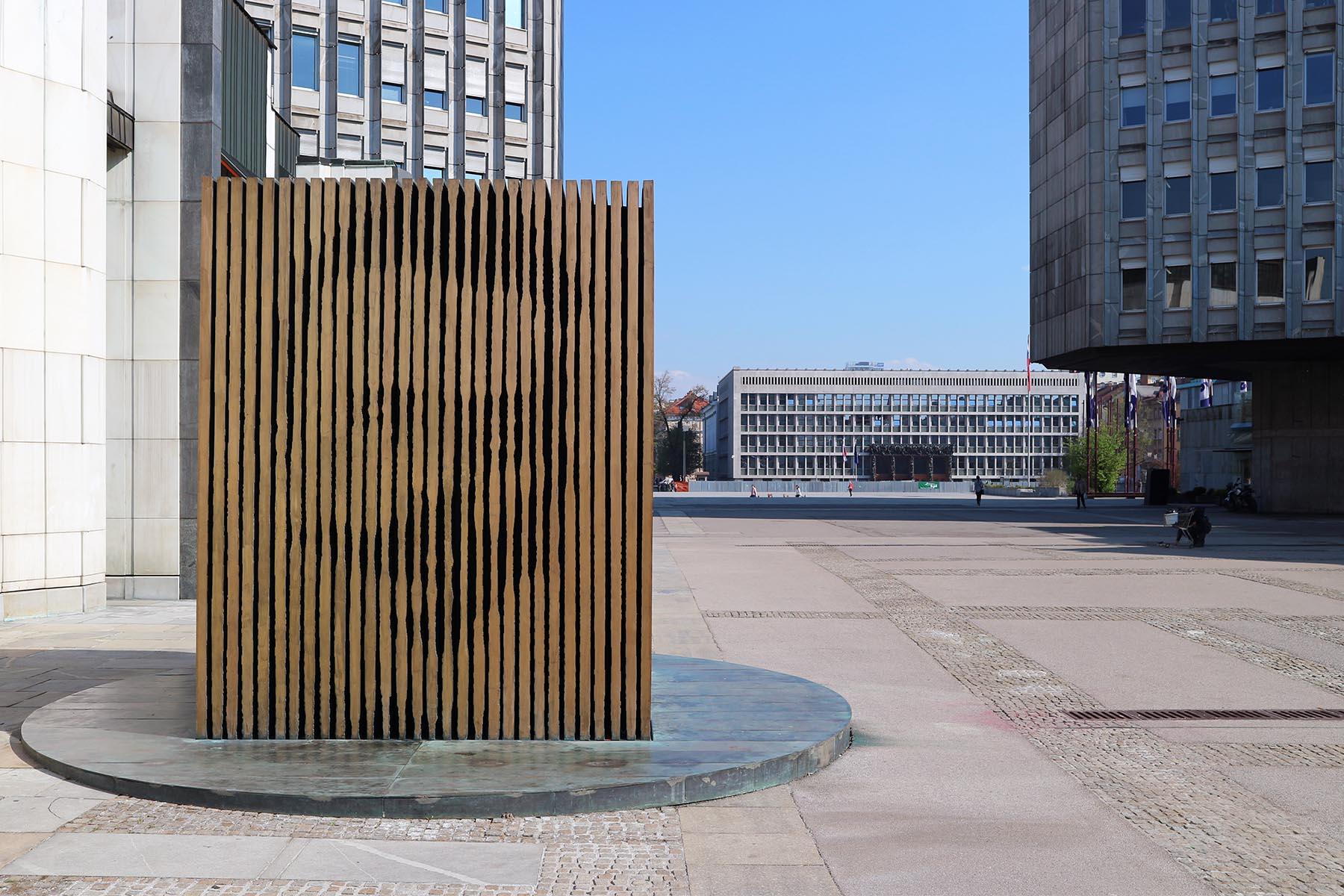 Platz der Republik.  Ursprünglich sollte es hier um den Entwurf eines Revolutions-Denkmals gehen. Zwei Hochhäuser sind die städtebaulichen Ankerpunkte der Plätze. Ravnikar plante die zwei verschieden hohen Gebäude als Antwort auf die beiden wichtigsten Erhebungen der Stadt, dem Burgberg und dem Tivoli. Die Fassaden sind mit dünnen Granitplatten bedeckt. Sloweniens erstes Kaufhaus Maximarket (Maxi) bildet eine Flanke des Platzes.