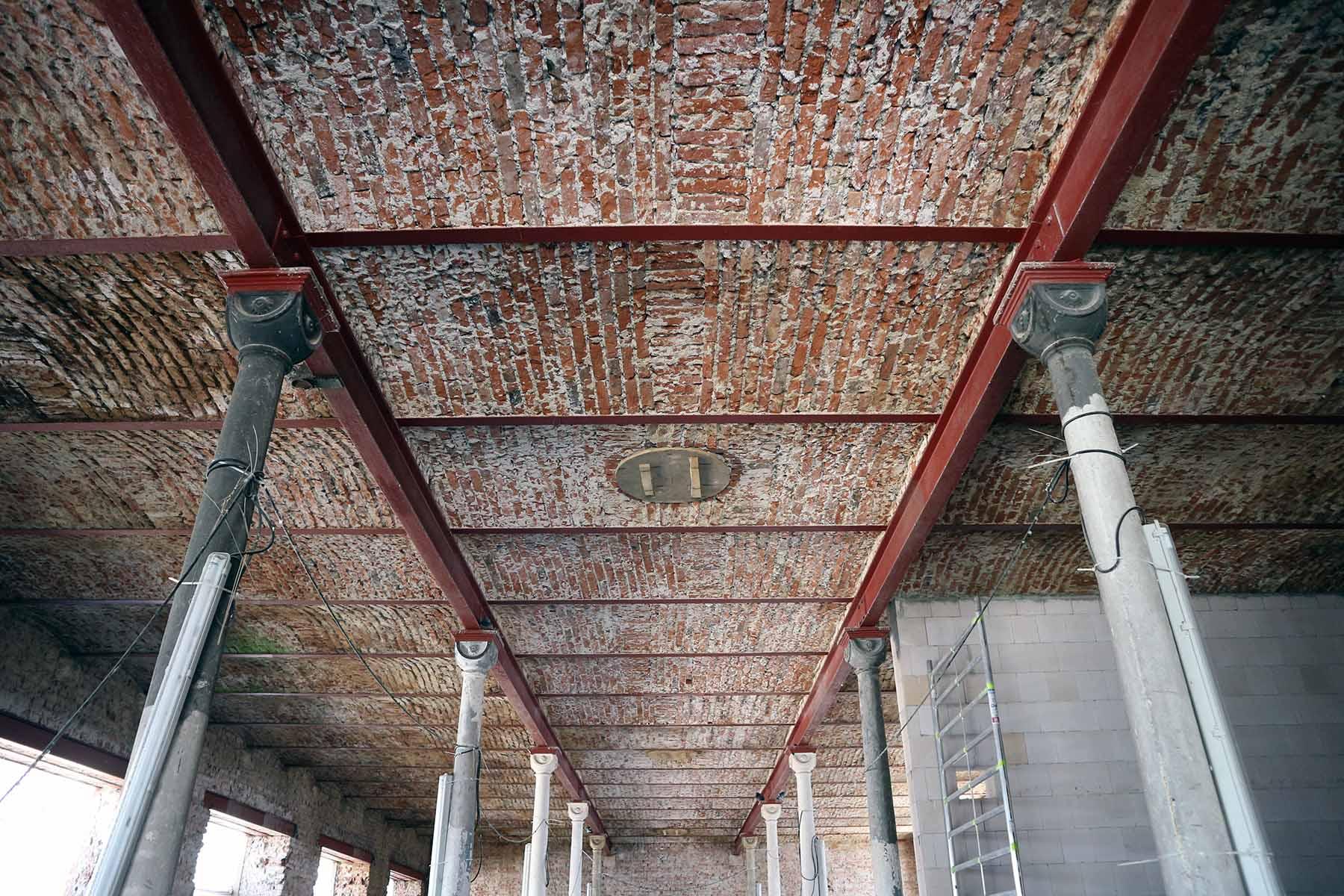 Marinaforum.  Neoromanische Gußeisenstützen tragen die Tonnendächer aus Ziegelstein im Südflügel.