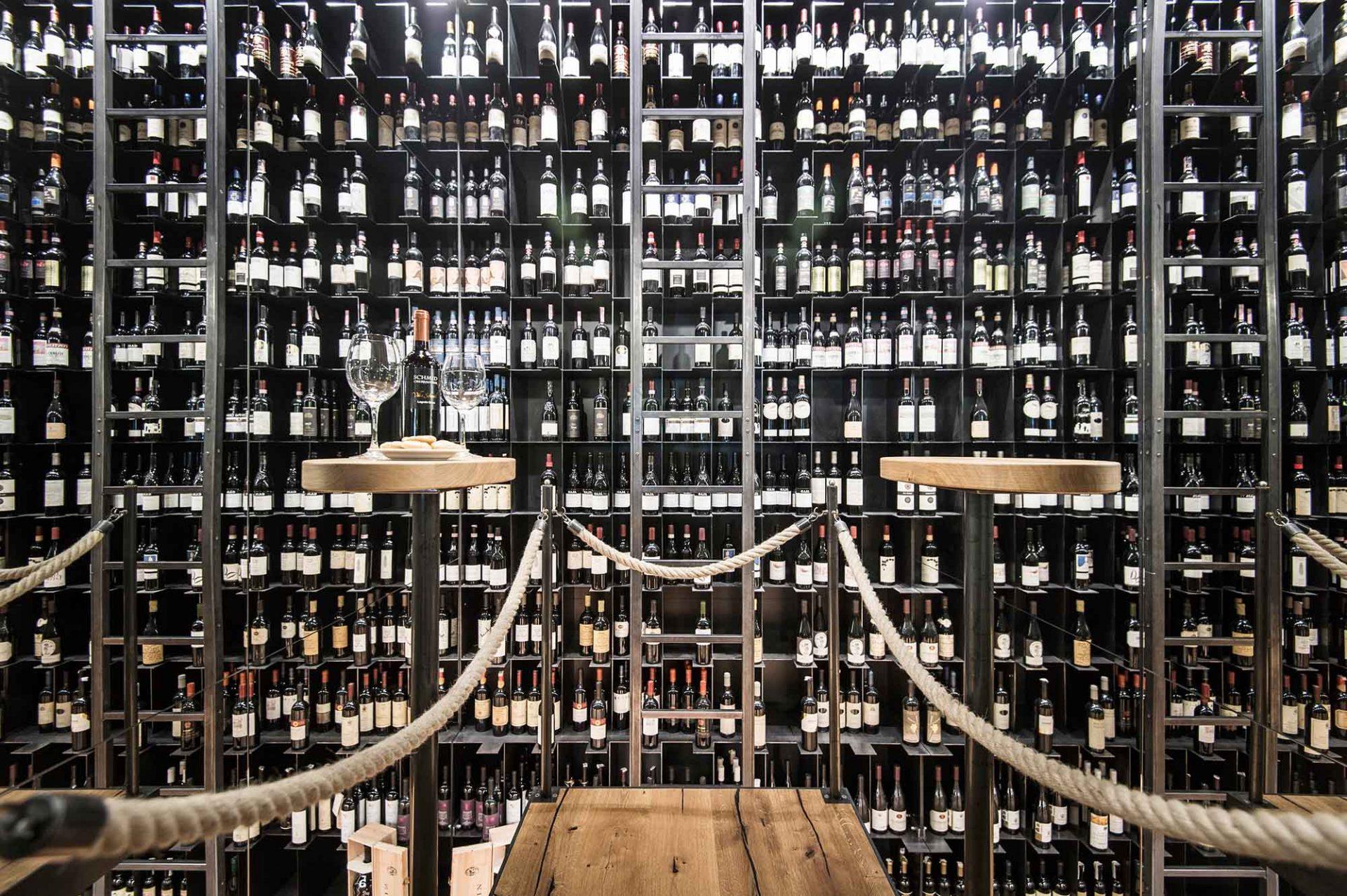 Hotel Hubertus. In einem ehemaligen Treppenhaus wird heute der Wein besonders in Szene gesetzt und gelagert.