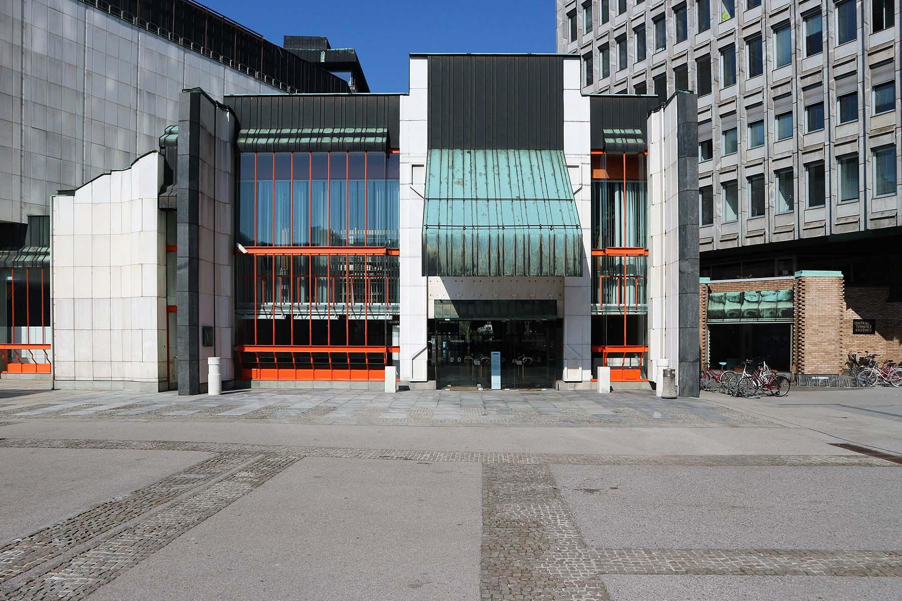 Platz der Republik.  Der Eingang zum Kultur- und Kongresszentrum Cankarjev dom, ebenfalls von Ravnikar.
