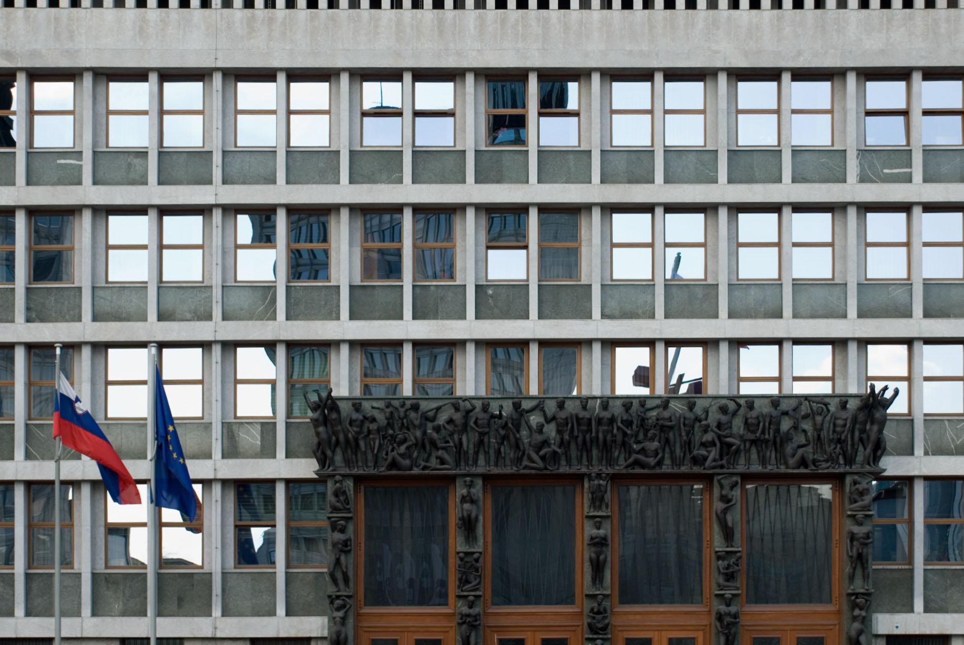 Platz der Republik.  Auch das Parlament der Republik Slowenien steht an diesem zentralen Platz. Entworfen wurde es 1954-1959 von Vinko Glanz, einem weiteren Schüler Plečniks. Besonders auffällig ist das schwere Eingangsportal des Gebäudes.