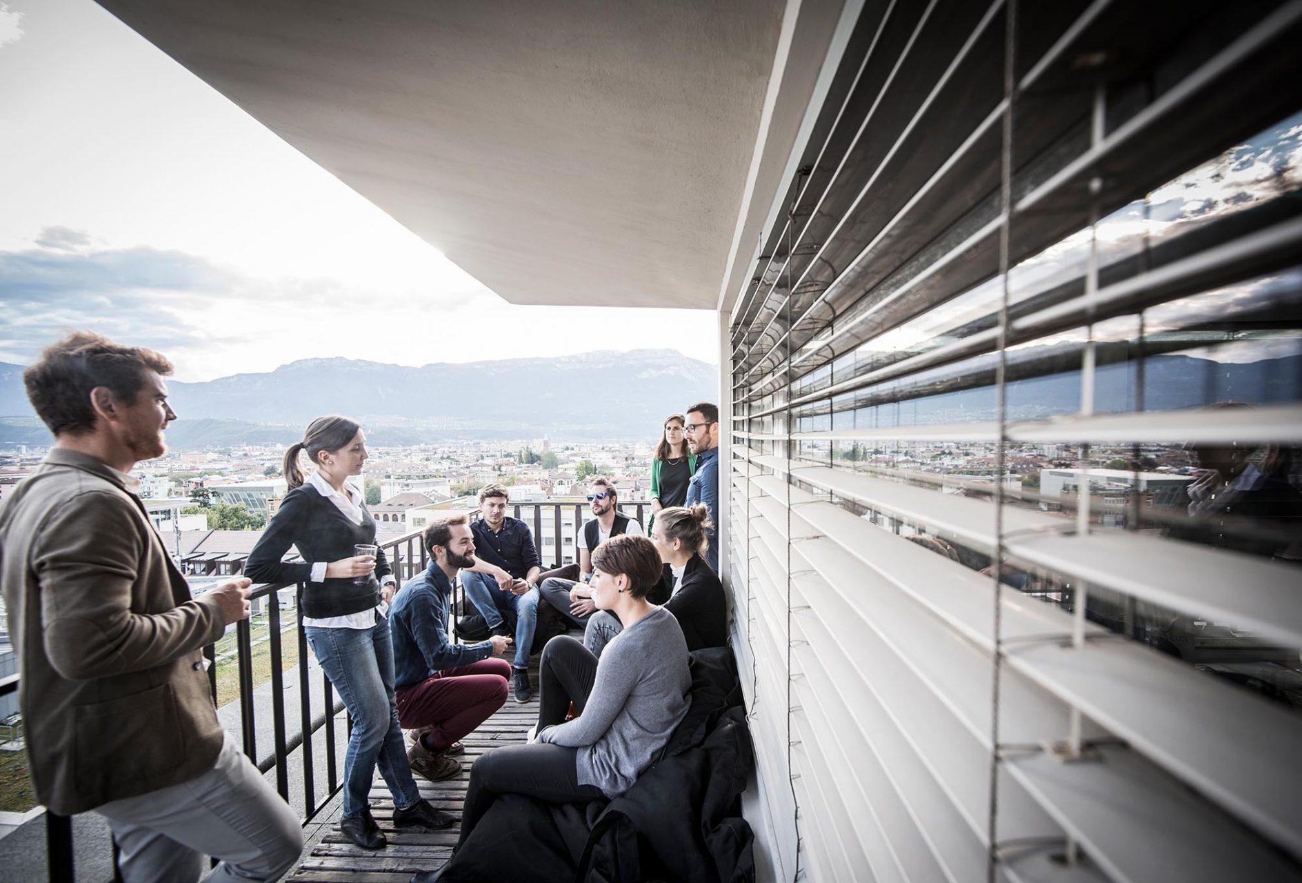 Gute Aussichten.  Das Team von noa* auf der Dachterrasse ihres Büros.