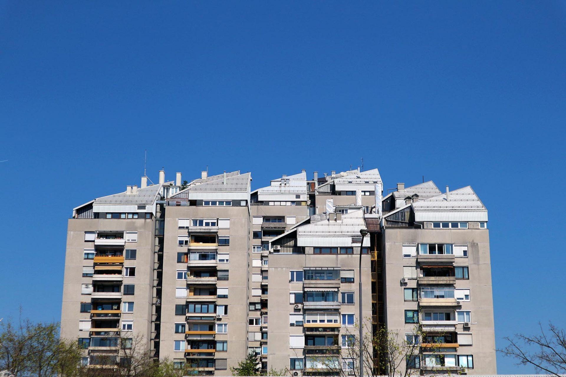 """BS-3.  Der serbo-slowenische Architekt Ilija Arnautović machte 1952 seine Master-Abschluss bei Ravnikar. Die expressiv """"gebirgige"""" Wohnanlage BS-3 am Stadtrand von Ljubljana zählt zu seinen bedeutendsten Werken."""