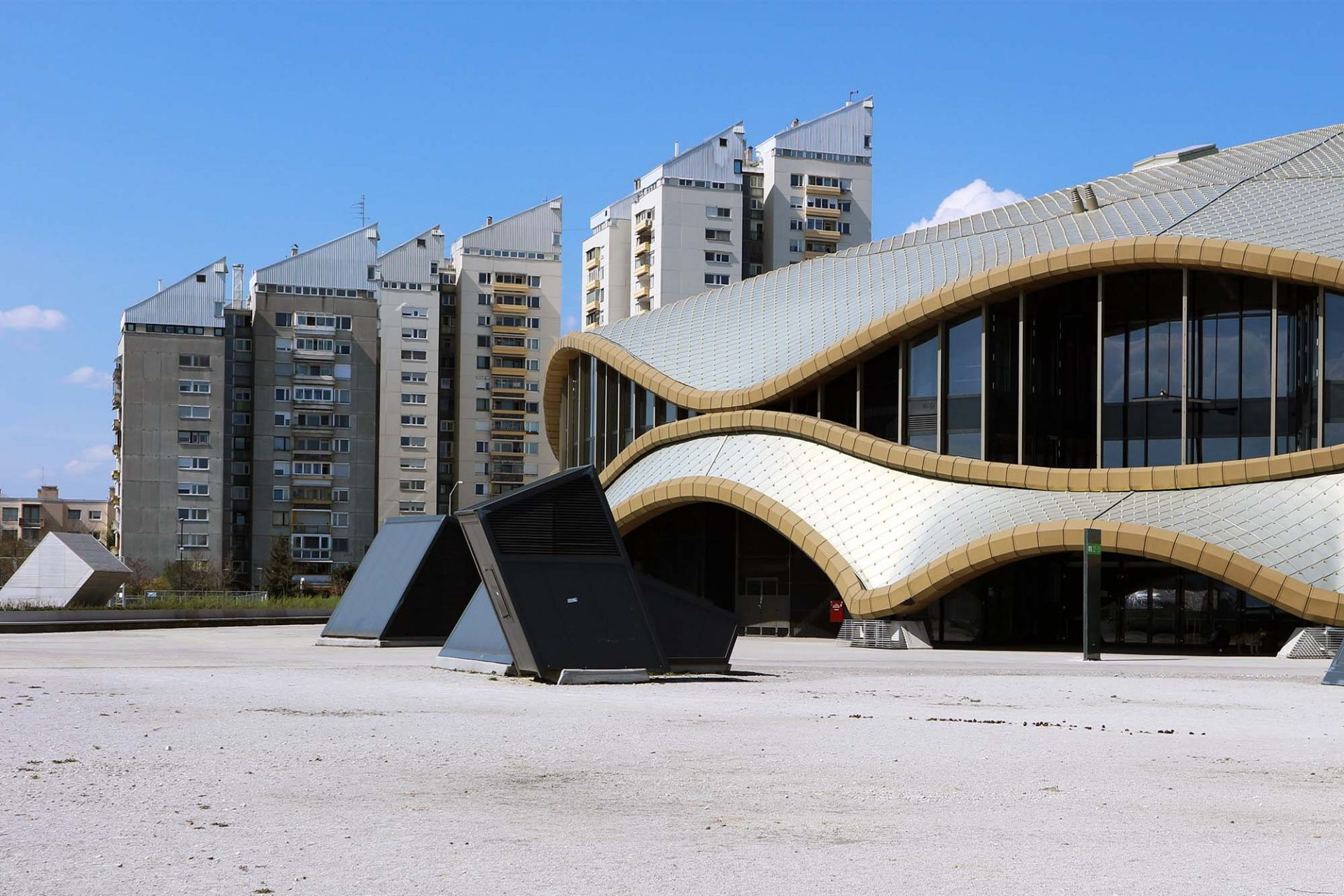 BS-3.  Zwei Architekten Generationen an einem Ort vereint: Im Hintergrund die Wohnanlage BS-3 von Ilija Arnautović, im Hintergrund des neue Stadion von Sadar + Vuga.