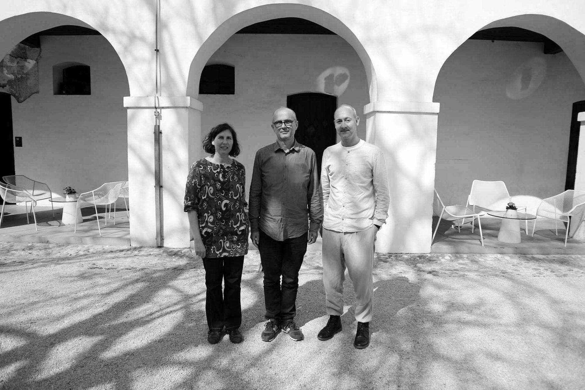 """Im Gespräch.  Dr. Bogo Zupančič, Kurator des MAO, führte THE LINK-Mitgründer Hendrik Bohle und die Foto-Künstlerin Bettina Cohnen durch die Ausstellung """"Plečnik, Ravnikar and the Modern Gallery""""."""