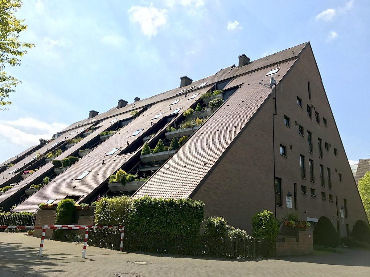 Wohnhügel. Die von den Stuttgarter Architekten Roland Frey, Hermann Schröder, Klaus Schmidt entwickelte Idee wurde von der Neuen Marler Baugesellschaft (NEUMA) aufgenommen und realisiert.