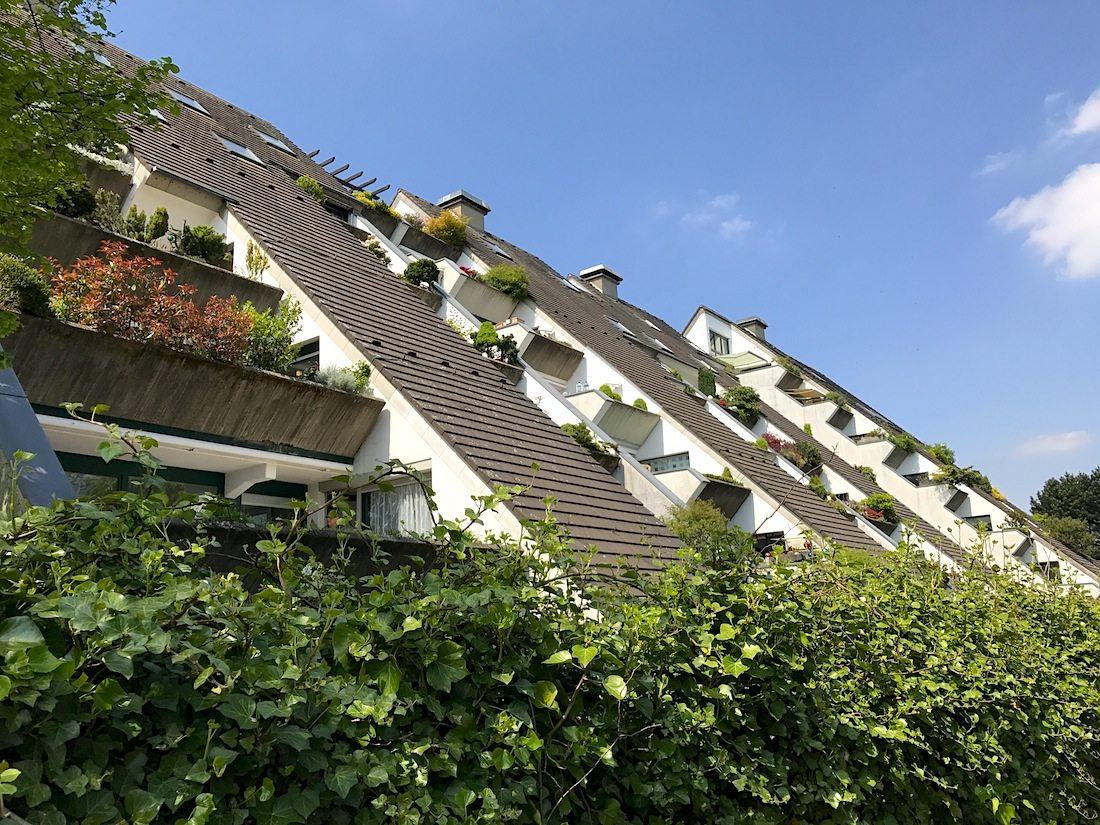 Wohnhügel. 1966 wurde ein viergeschossiges Gebäude als Schüttbetonbau mit dreieckigem Querschnitt mit vier großen Wohnungen im Erdgeschoss errichtet ...
