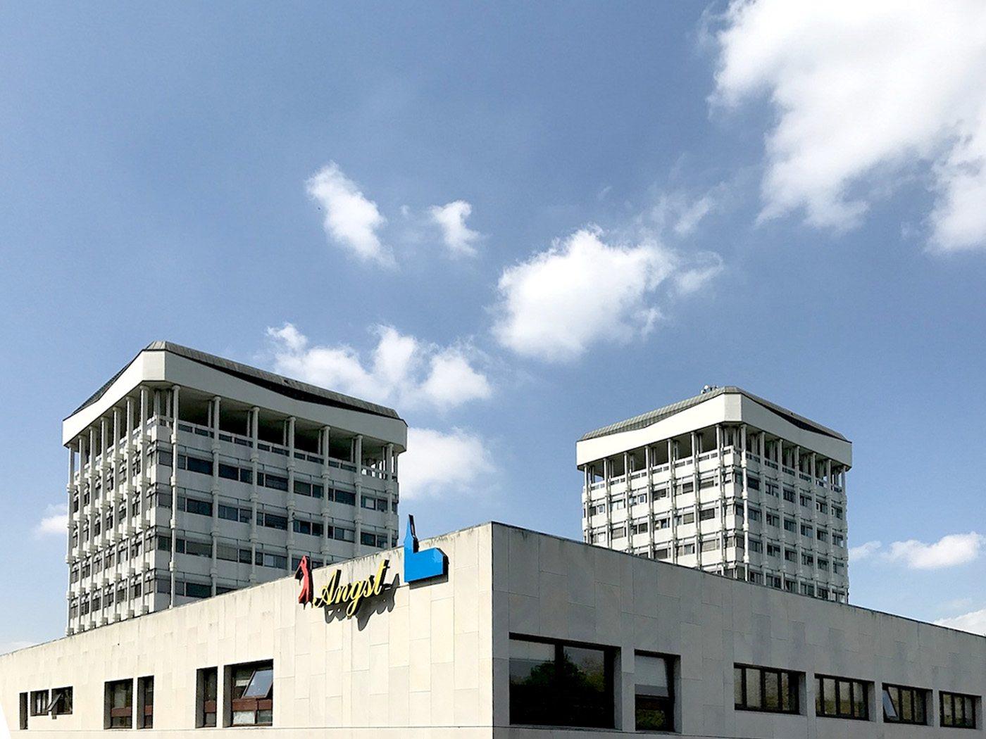 Rathaus Marl. Die Türme waren aufgrund ihrer Hängekonstruktion eine architektonische Neuheit und waren die ersten Hängehochhäuser der Bundesrepublik Deutschland.