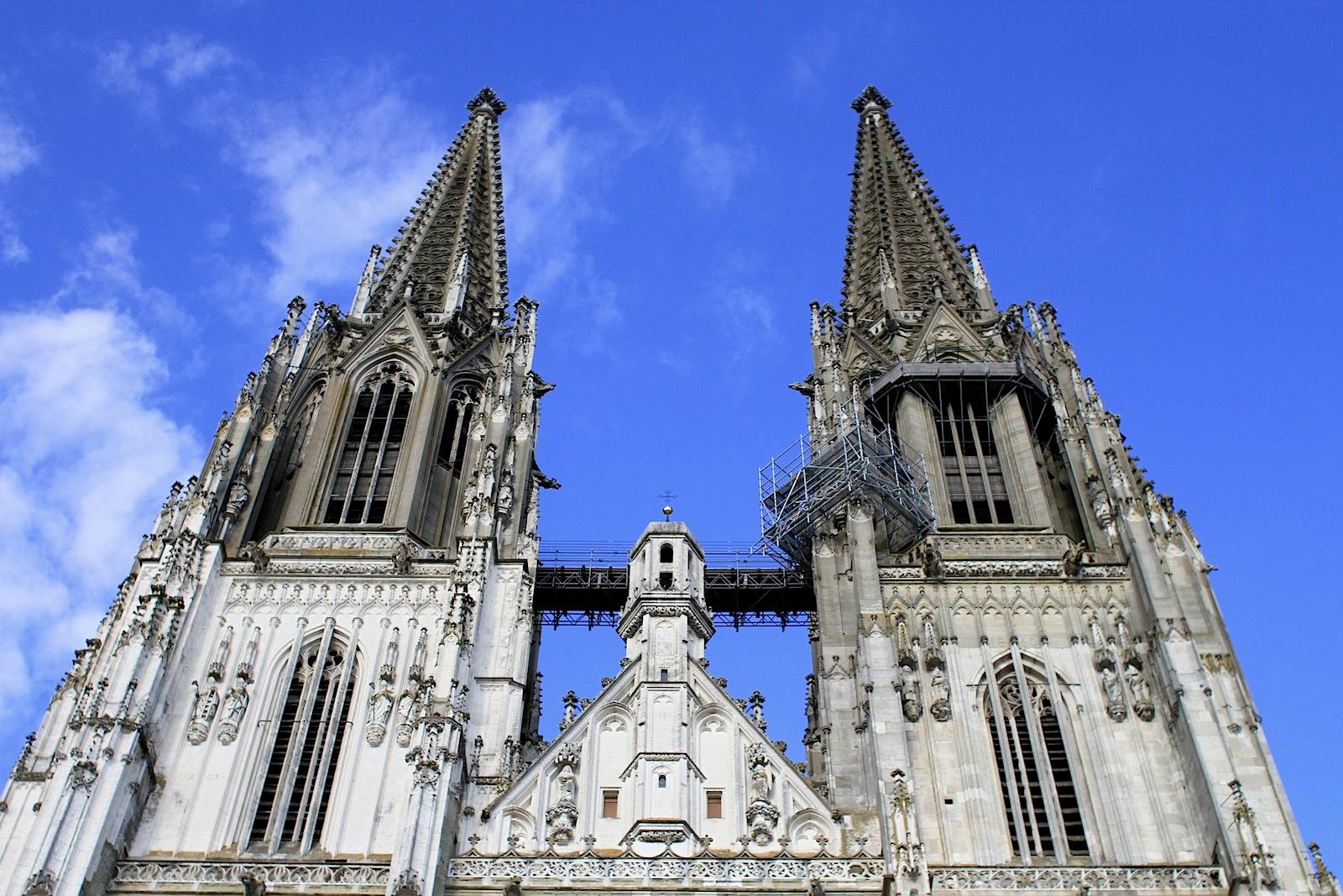Bedeutung.  St. Peter gilt als Hauptwerk der gotischen Architektur in Süddeutschland und ist das einzige Beispiel französischer Kathedralgotik östlich des Rheins.
