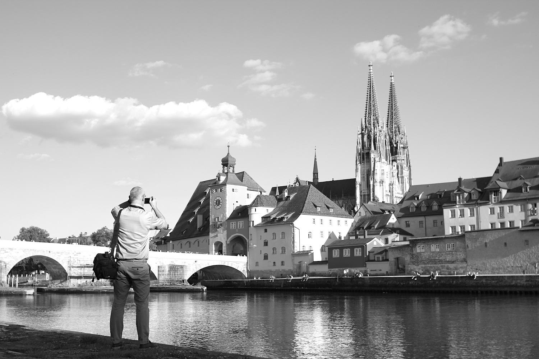 Ziel.  ... 2006 wird Regensburg auf der UNESCO-Konferenz in Vilnius, Litauen in die Welterbeliste aufgenommen. Am 24. November 2007 erhält die Stadt die Welterbe-Urkunde. Als Reiseziel war Regensburg auch davor schon populär. Gab es vor 2006 noch 660.000 Übernachtungen sind es 2016 bereits 1,06 Millionen mit knapp 230.000 aus dem Ausland – Gäste, die höchstwahrscheinlich von Regensburg schwärmen. Und seinen Steinen.
