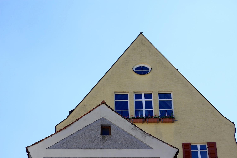 Tradition. ... Die Lage ist exponiert und man hat als Gast tatsächlich das Gefühl in eine andere Stadt zu reisen, trotz der kurzen Distanz zur Regensburger Altstadt. Es gibt zahlreiche Cafés und Bar, Traditionsläden und Handwerksbetriebe ...