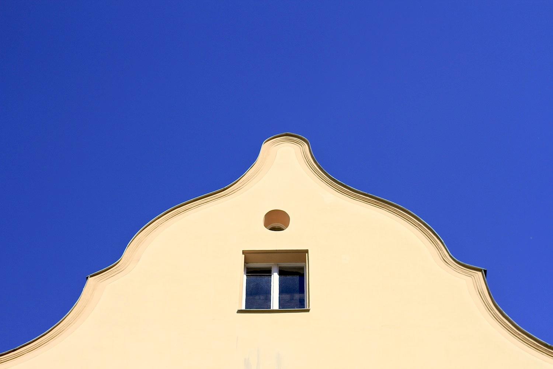 Ensemble.  Beim Gang sollte man unbedingt die zentrale Straße Stadtamhof verlassen und in die Gassen und Nebenstraßen gehen. Das Ganze wirkt wie Regensburg in konzentrierter Form: es gibt idyllische Hinterhöfe, viel Naturstein und Massivziegel und typisch prächtige Regionalarchitektur in Form steiler Giebel und mächtiger Satteldächer.