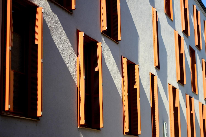 Anordnung. Wohnkomplex in der Weißbräuhausgasse, 2008 fertiggestellt. Auffällig: der steile Giebel und die unregelmäßig angeordneten Fenster.
