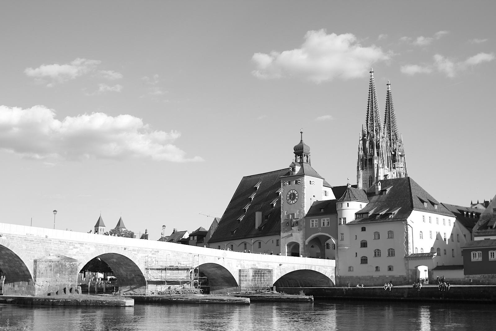 Stein.  Dom, ehem. städtischer Salzstadel (Salzlager) und die Steinerne Brücke im Dreiklang.