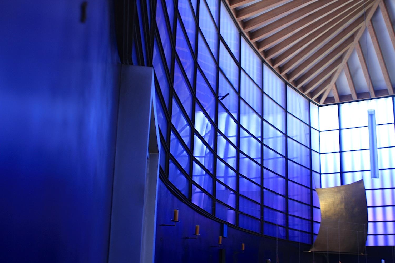 Aufbruch.  Im neuen, in stimmungsvolles Blau getauchten Innenraum hat der Künstler Helmut Langhammer ein goldglänzendes Segel aufgespannt.