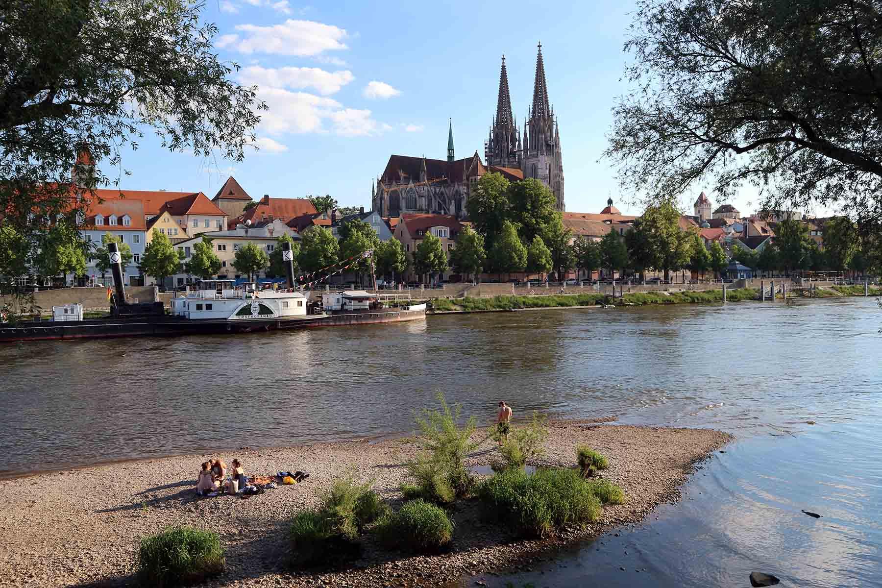 """Donauinsel.  Die Untere Wöhrd (früher """"Unteres Wehr"""") ist eine Donauer Flussinsel. Die Insel ist die östliche der beiden Donau-Inseln in Regensburg."""