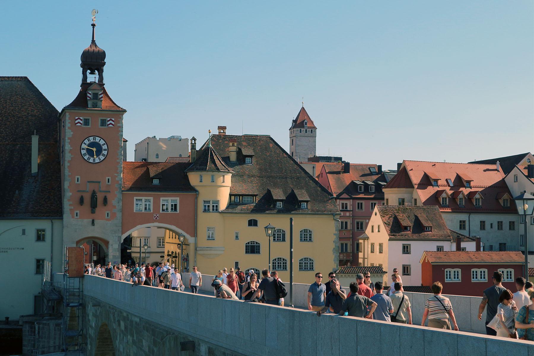 Brücke. Die Steinerne Brücke (Bauzeit 1135–1146) im romanischen Stil, dahinter der Salzstadel und das Stadttor.