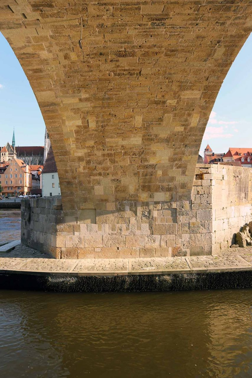 Bogen.  Die Steinerne Brücke ist mit dem Dom das bedeutendste Wahrzeichen der Stadt. Sie ist die älteste erhaltene Brücke Deutschlands.