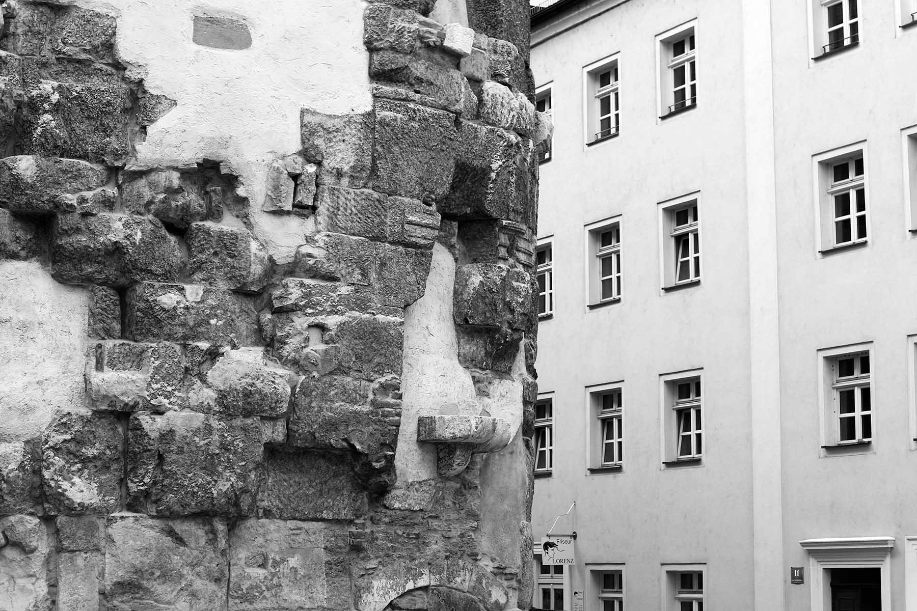 Tor. Porta praetoria: die einzige erhaltene römische Toranlage nördlich der Alpen neben der Porta Nigra in Trier. Unter Kaiser Marc Aurel wurde am südlichen Donauufer, gegenüber der Regenmündung das Legionslager Castra Regina (dt. Lager beim Fluss Regen) gegründet. Die 3. Italische Legion war hier stationiert. Das Lager mit vier Toren wurde 179 vollendet. Das Haupttor, die Porta praetoria, war gen Norden zur Donau hin ausgerichtet. Aus dem Lager entstand die Stadt Regensburg. Im Jahr 1885 wurde die Anlage entdeckt und 1887 der heute sichtbare Zustand hergestellt.
