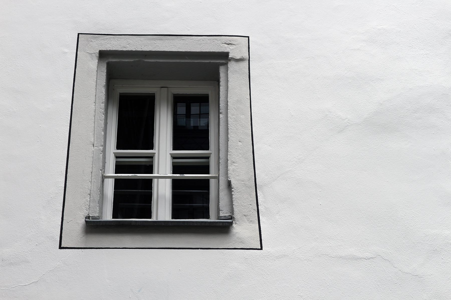 """Akzent.  """"Typisch für die Gebäude der Altstadt ist auch die Betonung der Fensteröffnungen durch Steingewände oder Putzgliederungen, sogenannte Faschen."""" – aus dem Gestaltungshandbuch Altstadt der Stadt Regensburg."""