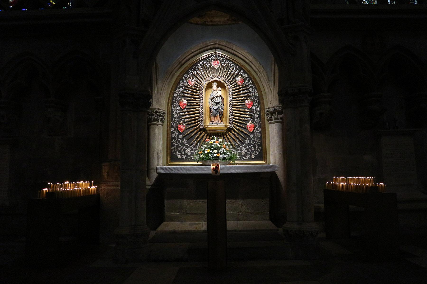 Kunstzentrum.  Kostbare Kruzifixe, Monstranzen, Kelche und Bischofsstäbe bezeugen, dass Regensburg bis ins 18. Jahrhundert hinein ein herausragendes Zentrum der Goldschmiedekunst war.